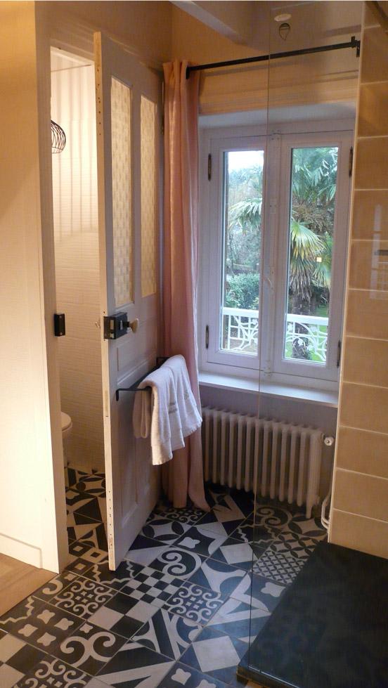 Salle de bain récente et maison de charme